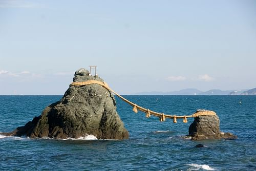 Meoto-iwa or the Wedded Rocks (by Taku, CC BY-NC-ND)