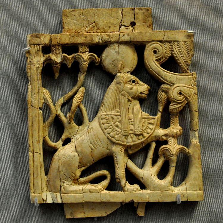 Placa de Esfinge de Marfim Fenícia ()