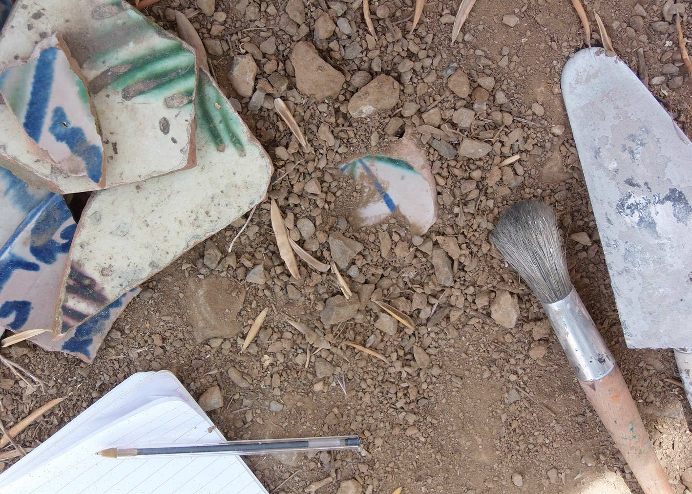 Archaeology on a small scale. Uncovering and recording pottery in the field.