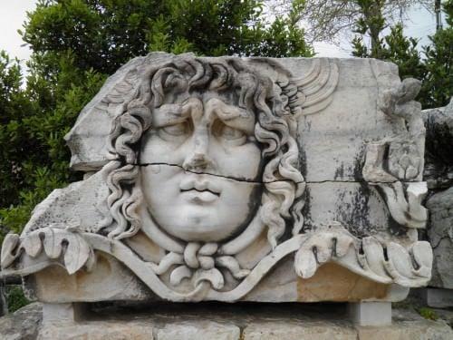 Cabeza de Medusa esculpida en piedra del templo de Apolo en Didyma