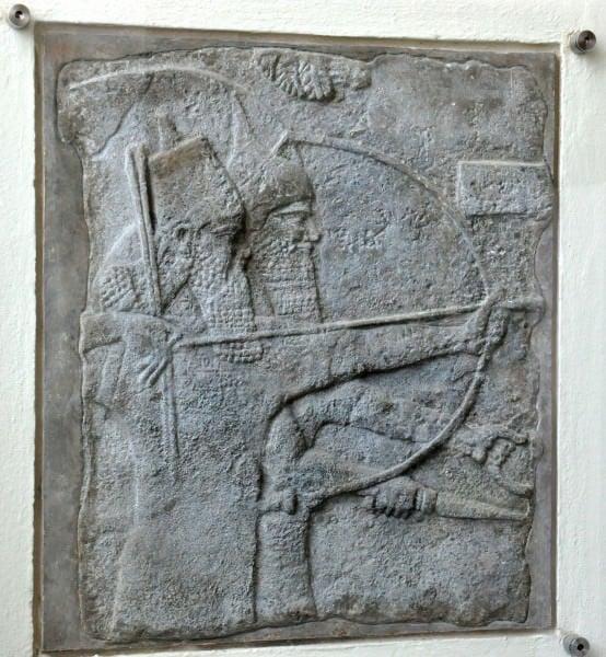 El rey Tiglat-pileser III mantiene un arco