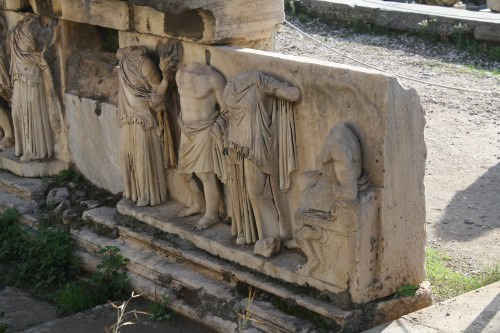 Decoración escultórica, teatro de Dionysos, Atenas