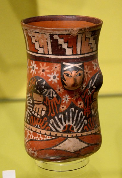 Nazca Jarrón con hombre de piernas cruzadas