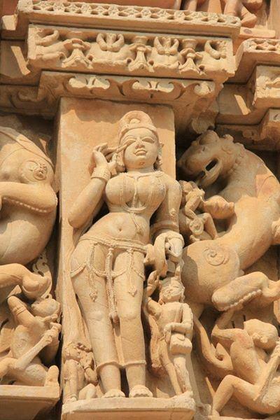 Figure en toilette, Khajuraho