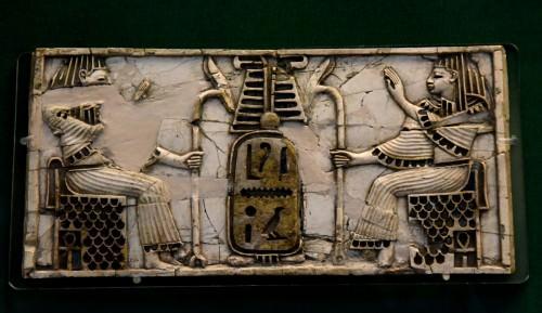Placa de marfil Nimrud de dos figuras sentadas