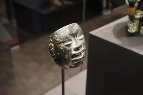 Máscara de piedra olmeca