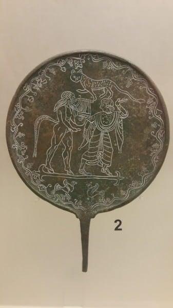 Espelho de bronze etrusco com ninfa e sileno