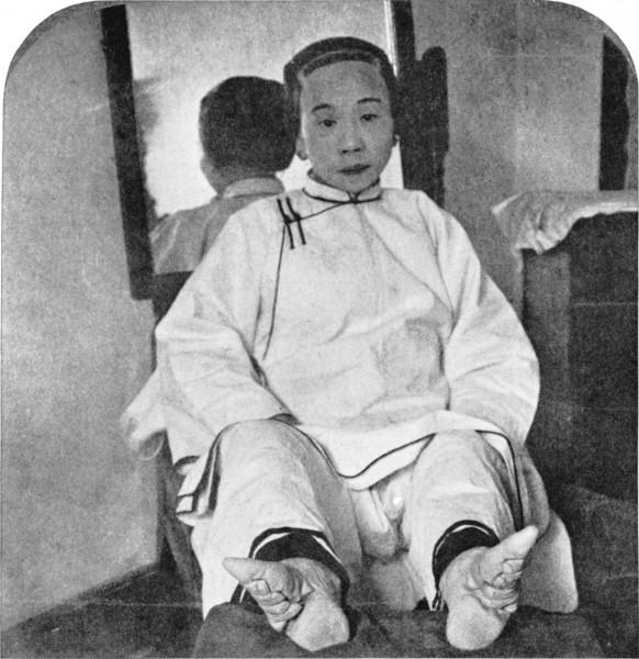 Mujer con pies atados