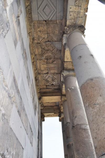 Columnas jónicas en el templo de Garni