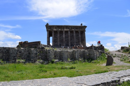 Vista lateral del templo de Garni en Armenia