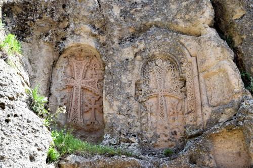 Tres Khachkars en el monasterio de Geghard en Armenia